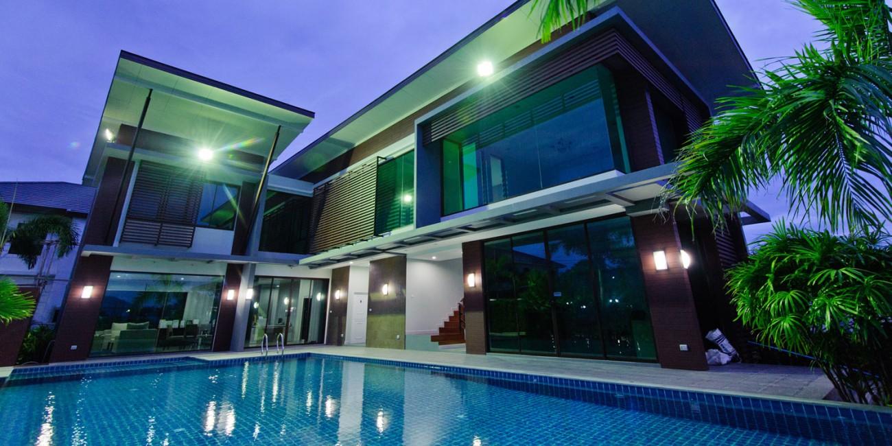 De luxe van een zwembad in eigen tuin