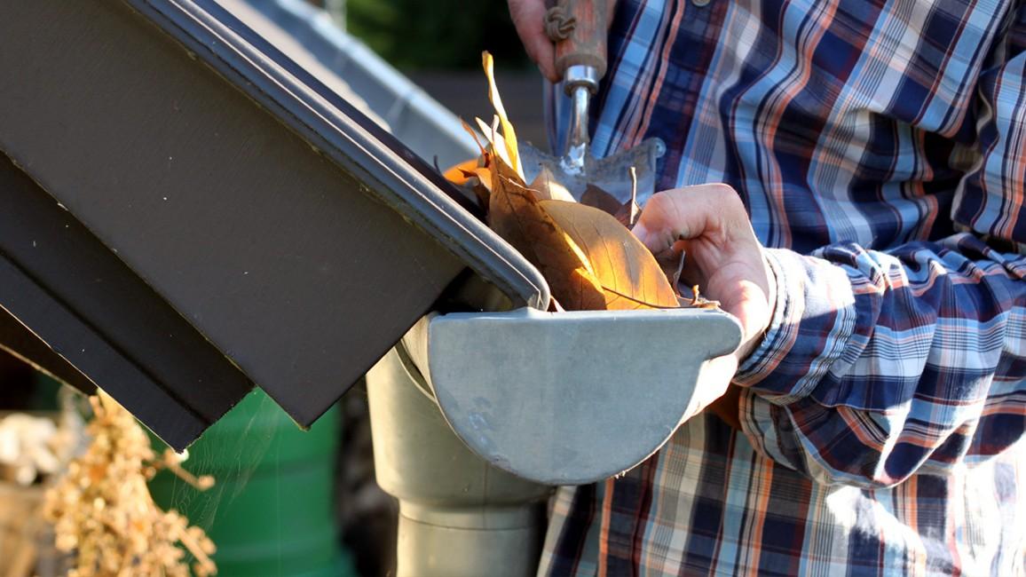 Dakgoten schoonmaken om waterschade te voorkomen